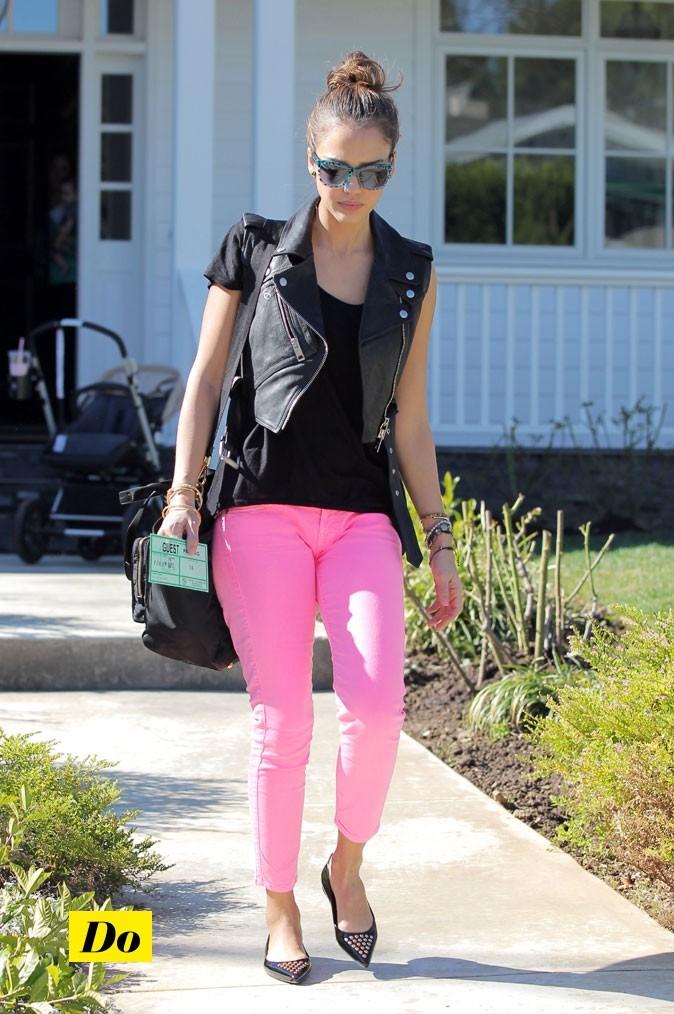 Jessica à la perfect rock-attitude même avec ce jean pink!