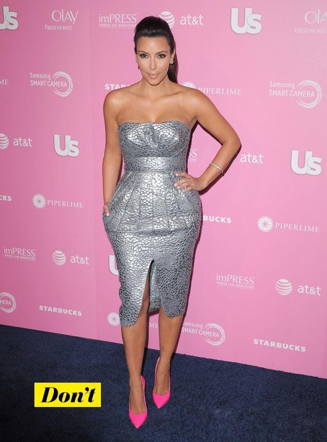 Kim en robe bustier grise et les escarpins rose Barbie ça ne fait pas bon ménage!