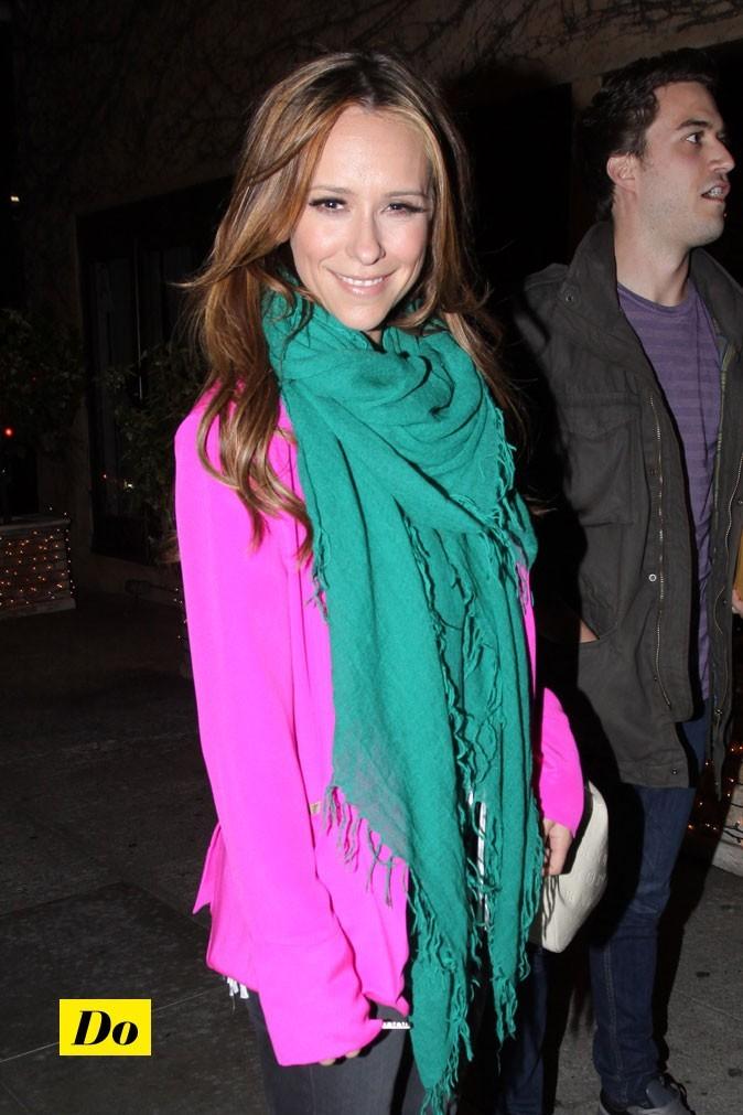La veste rose de Jennifer, vient illuminer son joli sourire.