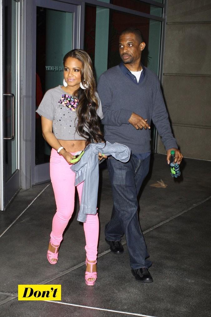 Total look rose ou presque! Christina a eu du mal à choisir entre pantalons et chaussures, du coup elle a opté pour les 2 et c'est pas fameux!