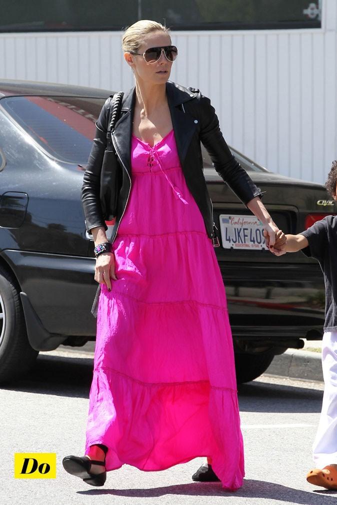 Une robe longue bien portée et accessoirisée pour Heidi.