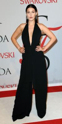 Bella Hadid : séductrice en veuve noire d'un soir !