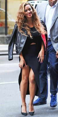 Beyoncé VS J-Law : Laquelle porte le mieux l'ensemble noir crop top/jupe ?