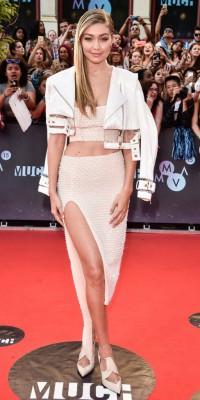 Gigi Hadid, ultra tendance en crop top et jupe fendue !