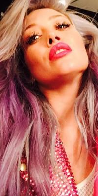 Hilary Duff : encore une nouvelle couleur, elle opte pour le violet !