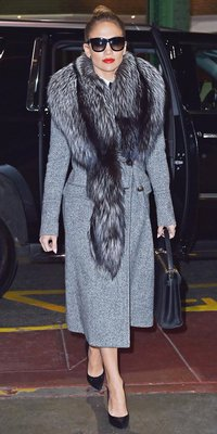 Jennifer Lopez : lunettes XXL, lèvres flamboyante et manteau long pour un parfait look de working girl !