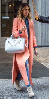 Jessica Alba : on adore son combo denim x corail !