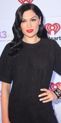 Jessie J VS Demi Lovato : qui porte le mieux le beauty look de pin-up ?