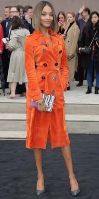 Jourdan Dunn : elle ose le trench-coat orange ! Top ou flop ?
