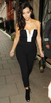 Kim Kardashian : sensuelle dans sa combinaison moulante et décolletée !