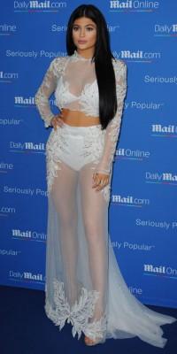 Kylie Jenner VS Kim Kardashian : culotte gaine et transparence, laquelle préférez-vous ?
