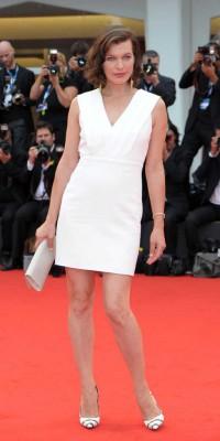 Milla Jovovich : une future maman stylée et blanche comme neige !