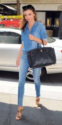 Miranda Kerr : amoureuse du denim et de ses sandales Miu Miu !