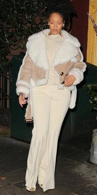 Mode : Rihanna : On craque pour son bombardier nude XXL !