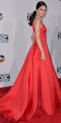 Mode : Selena Gomez : Un retour magistral avec sa maxi robe rouge Prada !
