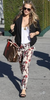 Molly Sims VS Hilary Duff : qui porte le mieux le pantalon à motifs ?