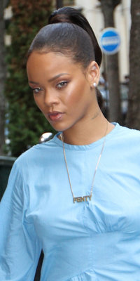 Rihanna : make-up nude et queue-de-cheval, on adore son beauty look minimaliste !