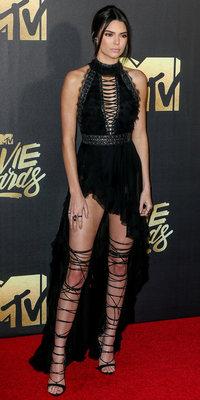Rihanna VS Kendall Jenner : red carpet chic ou street gothique, qui porte le mieux ces sandales Dsquared2 ?