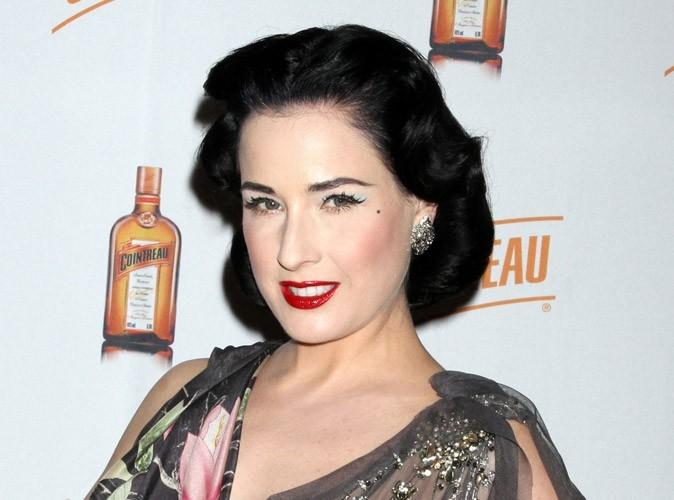 Beauté : Dita Von Teese se colore les sourcils avec des produits pour homme !