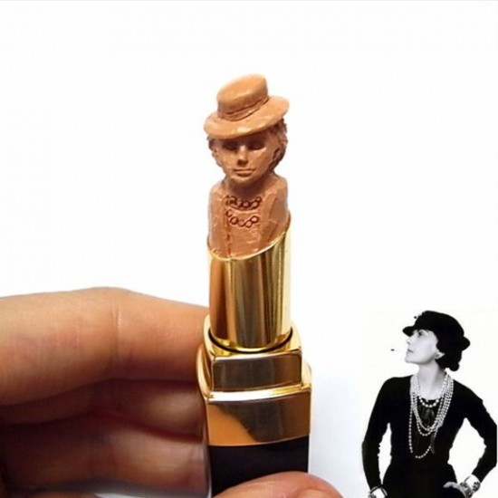 Coco Chanel sculptée dans un tube de rouge à lèvres
