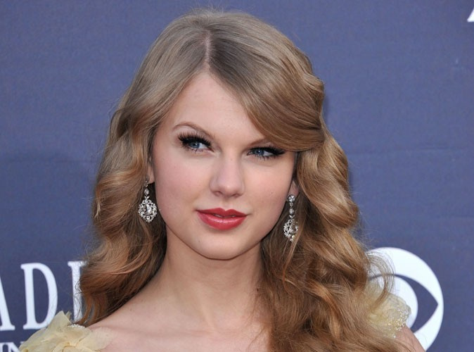 Beauté : Taylor Swift, coiffeuse officielle de son staff en tournée !