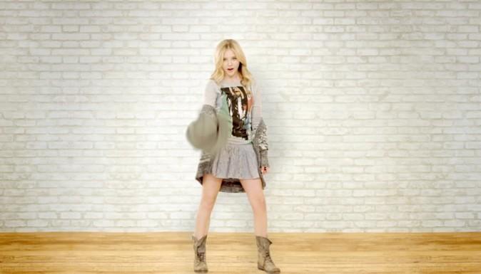 Mini jupe et pull XXL, elle a le style !