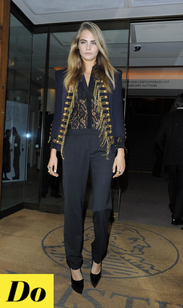 """Cara Delevingne, un top en dentelle sous une veste """"marin"""", combo-parfaite pour le mannequin !"""