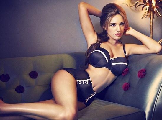 Kelly Brook : toujours aussi sexy en lingerie, elle vous en met plein la vue grâce à la marque New Look !