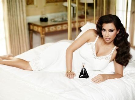 Kim Kardashian : pause lascive et regard de biche... Elle met le paquet pour son nouveau parfum !