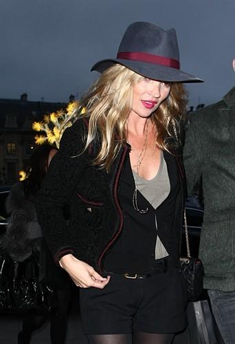 Faire du shopping à Paris incognito pour Kate c'est avec un chapeau.
