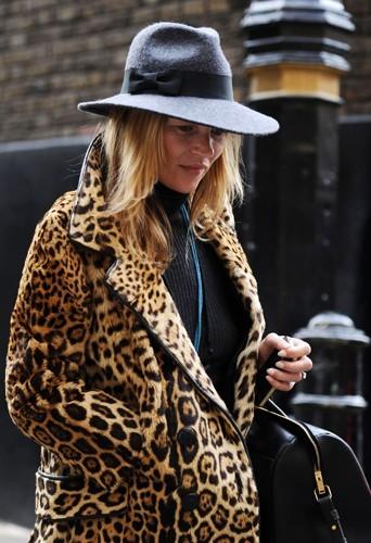 Kate à Londres avec un chapeau gris.