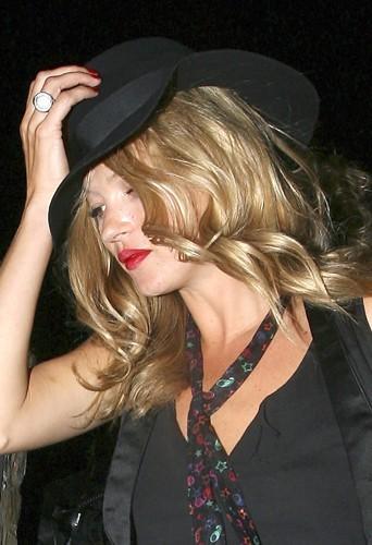 Kate Moss en chapeau noir se rend concert de Beth Dito.