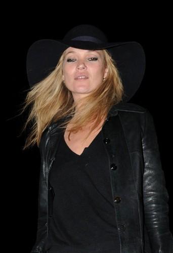 La dernière trouvaille de Kate Moss : la capeline !