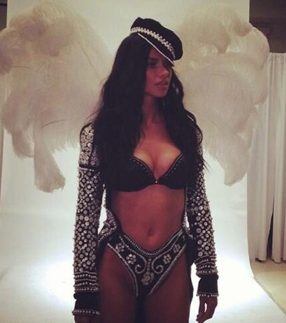 Adriana Lima recouverte de perles !