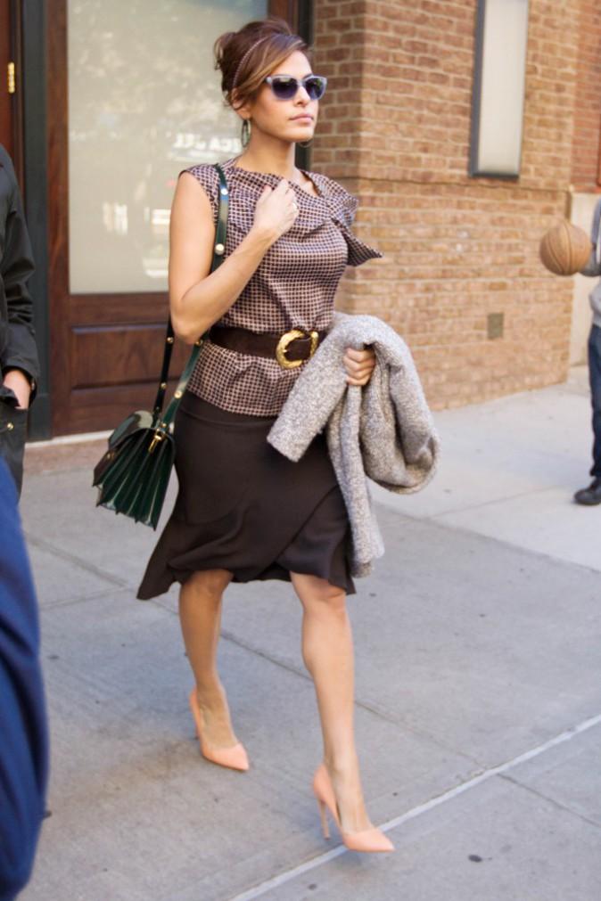 Élégante dans sa jupe noire et son haut cintré. Qui veut toujours critiquer son style ?