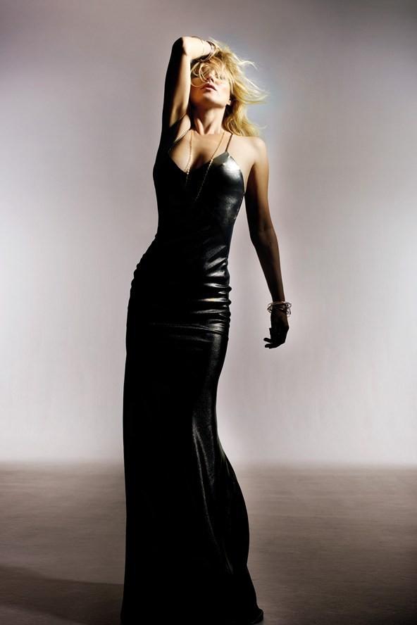 Le top peut bien se permettre une robe en cuir aussi moulante, elle est parfaite à 40 ans