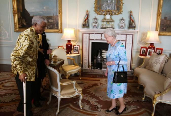 Elizabeth II, son petit Launer London au bras aux côtés de Nelson Mandela
