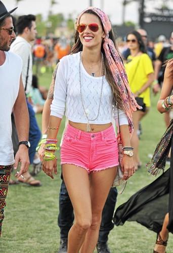 Alessandra Ambrosio : Le top joue les Stabilo Boss à Coachella !