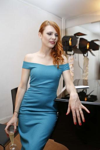Le CV Fashion d'Elodie Frégé : Lorsque la chanteuse timide se transforme en fatale woman !