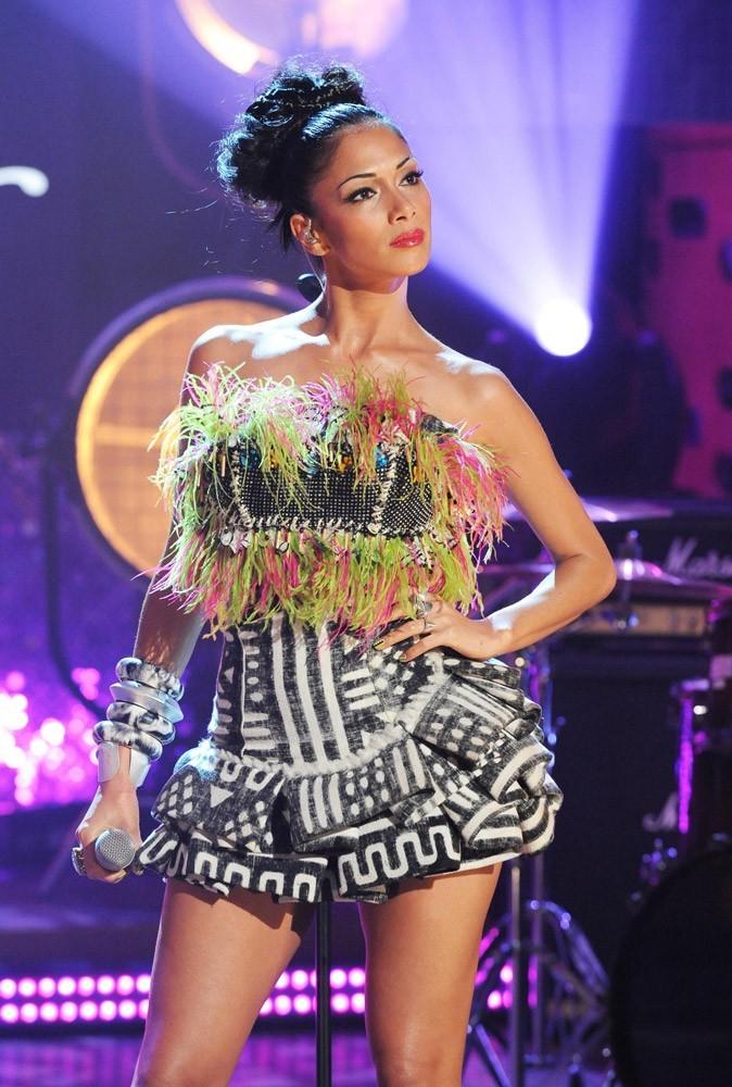 En mini robe graphique à plumes, la belle en fait-elle trop ?