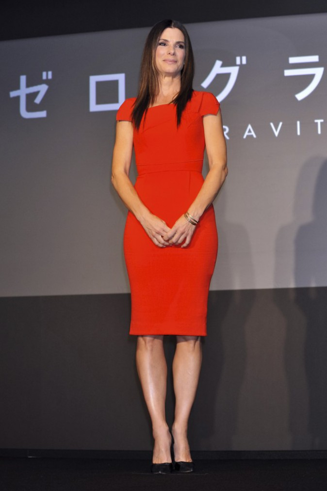 Sandra Bullock ravissante dans sa robe Roland Mouret