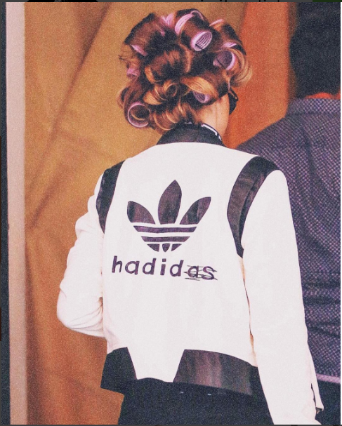"Gigi Hadid et son bombers ""Hadidas"""