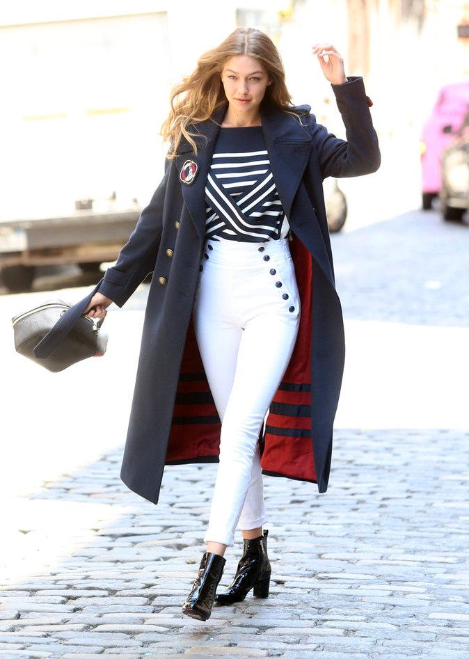 Gigi Hadid pose devant l'objectif, à New York, le 12 Juillet 2016