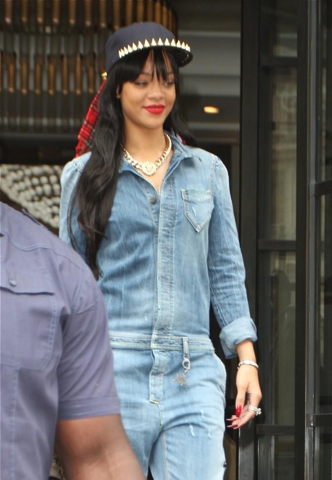 Rihanna est radieuse dans sa combinaison en jean !