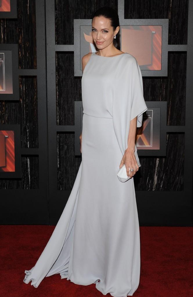 Angelina Jolie est radieuse dans cette longue robe grise !