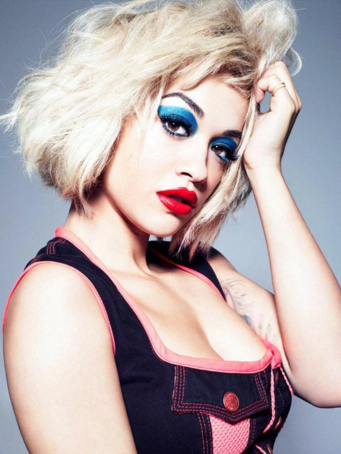 Rita Ora pour Rimmel et la tendance grand bleu