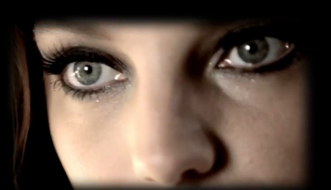 Les yeux du mannequin Canadien sublimées par le mascara...