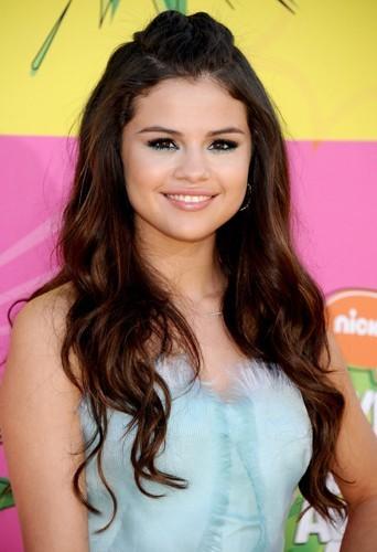 Selena Gomez avait aussi opté pour des ondulations...
