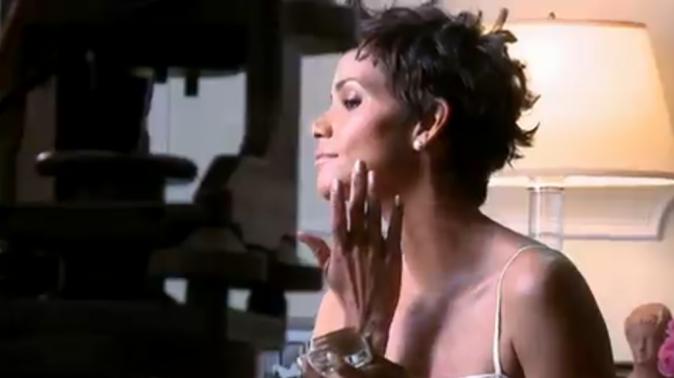 Halle Berry dans le making-of de la nouvelle campagne Revlon