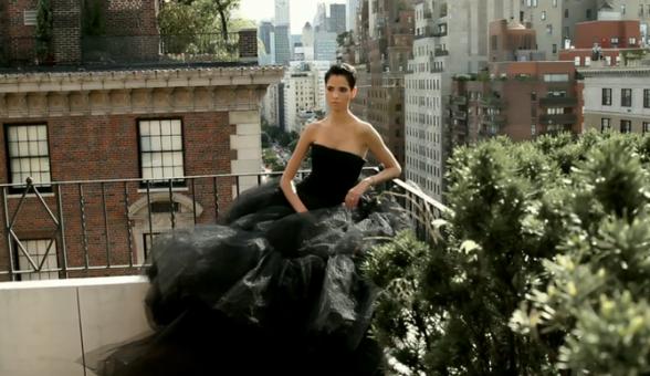 Hanaa surplombant la ville de New York en robe de créateur